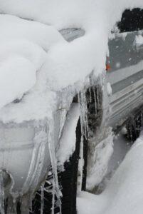 Hielo en el paragolpes del coche